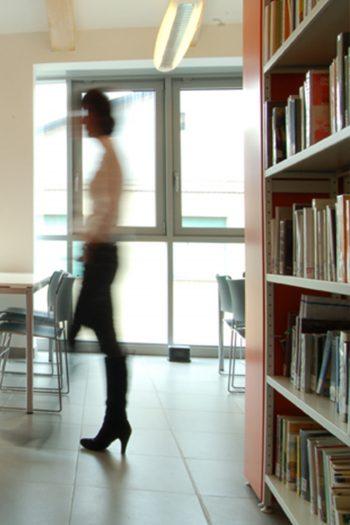 Allestimento della Biblioteca civica di Volvera nella Cascina Bossatis
